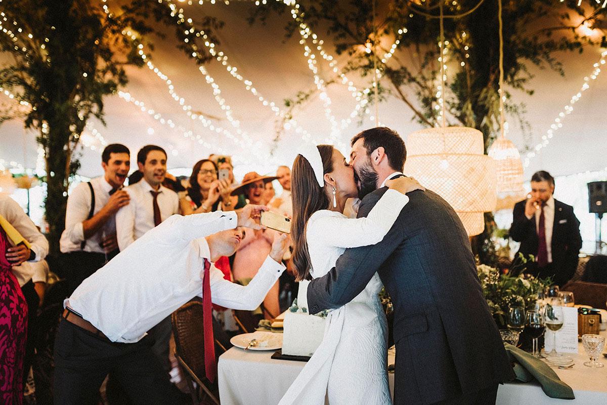 beso novios boda